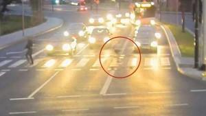 Guarda la versione ingrandita di YOUTUBE Ciclista salvo per miracolo: sfiorato da auto fuori controllo