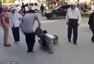 Guarda la versione ingrandita di YOUTUBE Cina, finto invalido smascherato in strada: fasce nascondevano gambe