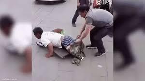 Cina, finto invalido smascherato in strada3