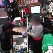 Commessa allontana ladro usando prezzatrice come spranga