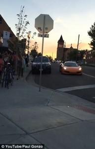 Guarda la versione ingrandita di YOUTUBE Con skateboard rompe vetro a McLaren e scappa via