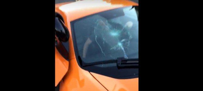 Con skateboard rompe vetro a McLaren e scappa via