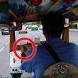 Conducente taxi rallenta e.. scippatori rubano borsa
