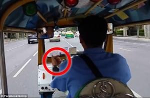 Guarda la versione ingrandita di YOUTUBE Bangkok, tassista rallenta apposta e.. scippatori rubano borsa