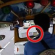 Conducente taxi rallenta e.. scippatori rubano borsa3