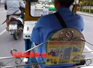 Conducente taxi rallenta e.. scippatori rubano borsa666