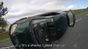 Dashcam riprende dall'interno auto che si ribalta8