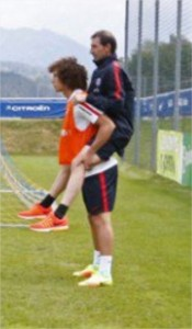 Guarda la versione ingrandita di David Luiz ha le gambe cortissime: illusione ottica in allenamento FOTO