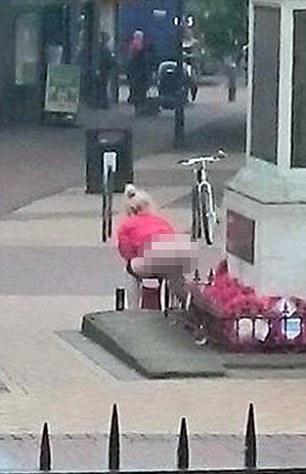Donna defeca sul monumento ai caduti: arrestata5