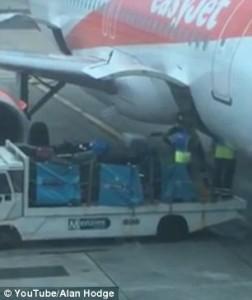 Guarda la versione ingrandita di YOUTUBE EasyJet, addetti aeroporto lanciano e prendono a calci valigie