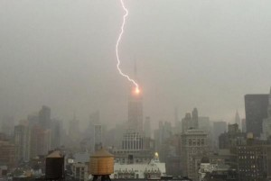Youtube. Empire State Building centrato da fulmine. Tempesta a NYC