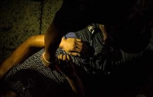 """Filippine, spacciatori uccisi in strada da polizia FOTO  Sul corpo cartellFilippine, spacciatori uccisi in strada da polizia FOTO  Sul corpo cartello """"sono un pusher"""" 6"""