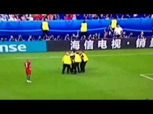 Francia-Portogallo, tifoso invade campo