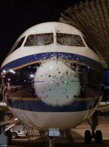 """Guarda la versione ingrandita di Grandine scheggia parabrezza aereo FOTO: piloti """"ciechi"""" atterrano con pilota automatico"""