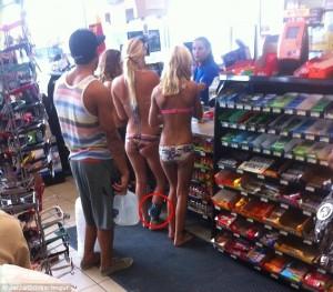 In bikini a fare shopping, ma la FOTO svela4