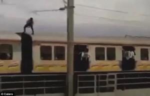 In piedi sul treno in corsa, si abbassa per evitare i tralicci5