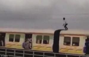 Guarda la versione ingrandita di YOUTUBE In piedi sul treno in corsa, si abbassa per evitare i tralicci