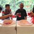 Indonesia cibo servito nelle latrine, water come sedie