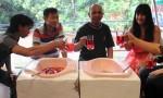 Indonesia: cibo servito nelle latrine, water come sedie FOTO