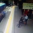 Intrappolata con mano nella porta del treno: trascinata per 9 metri6