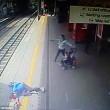 Intrappolata con mano nella porta del treno: trascinata per 9 metri4