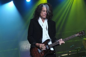 VIDEO YOUTUBE Joe Perry collasso sul palco: chitarrista Aerosmith...