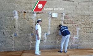 YOUTUBE Lecce, acqua fluorescente in mare: scarico illegale scoperto così