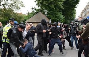 Guarda la versione ingrandita di YOUTUBE Londra, anarchici protestano davanti casa di Boris Johnson: scontri