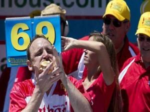 YOUTUBE Mangia 70 hot dog in 10 minuti: il record di Joey Chestnut
