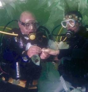 Guarda la versione ingrandita di Matrimonio sott'acqua a Jesolo: sposi in muta da sub FOTO