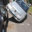 Milano: perde controllo, auto finisce su quella in sosta