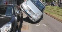 Milano: perde controllo, auto finisce su quella in sosta VIDEO