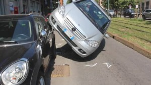 Guarda la versione ingrandita di Milano: perde controllo, auto finisce su quella in sosta VIDEO