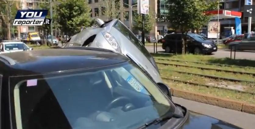 Milano: perde controllo, auto finisce su quella in sosta2