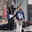 Musicista di strada fermato da donna4