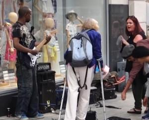Musicista di strada fermato da donna66