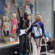 Musicista di strada fermato da donna