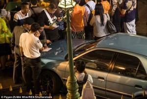 Guarda la versione ingrandita di YOUTUBE Perde controllo auto e finisce nel santuario indù: 6 feriti