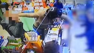 Guarda la versione ingrandita di VIDEO YOUTUBE Rapina e sparatoria: l'assalto dei banditi a Napoli