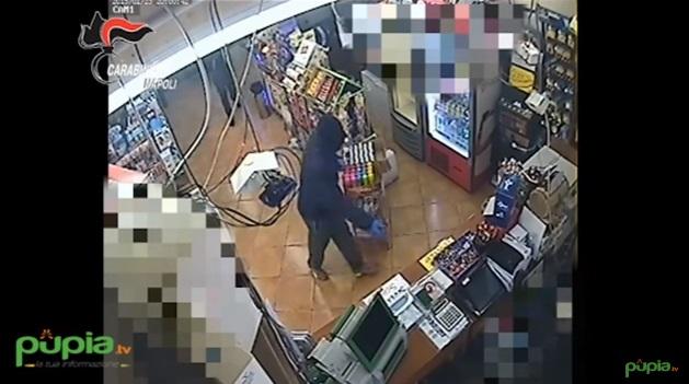 VIDEO YOUTUBE Rapina e sparatoria: l'assalto dei banditi a Napoli