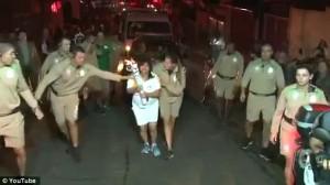 Guarda la versione ingrandita di YOUTUBE Olimpiadi Rio, corre con torcia in mano: rallenta e cade a terra