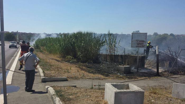 Sterpaglie a fuoco, chiuso Ponte Marconi