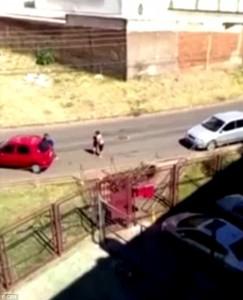 Guarda la versione ingrandita di YOUTUBE Rubano auto con bambino a bordo: la madre viene trascinata