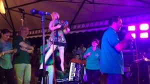 Guarda la versione ingrandita di Salvini offende la Boldrini, sul palco con bambola gonfiabile