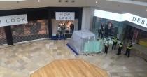 YOUTUBE Scavalca ringhiera centro commerciale e si lancia: è gravissimo