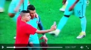 Guarda la versione ingrandita di Cristiano Ronaldo, VIDEO selfie con tifoso prima di Portogallo-Galles 2-0