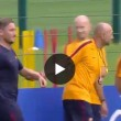 VIDEO - Francesco Totti: Spalletti lo trascina a firmare autografi