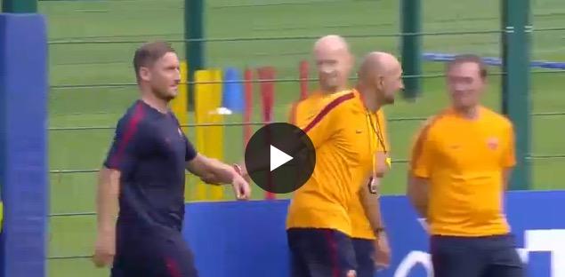 VIDEO - Francesco Totti: Spalletti lo trascina a firmare autografi