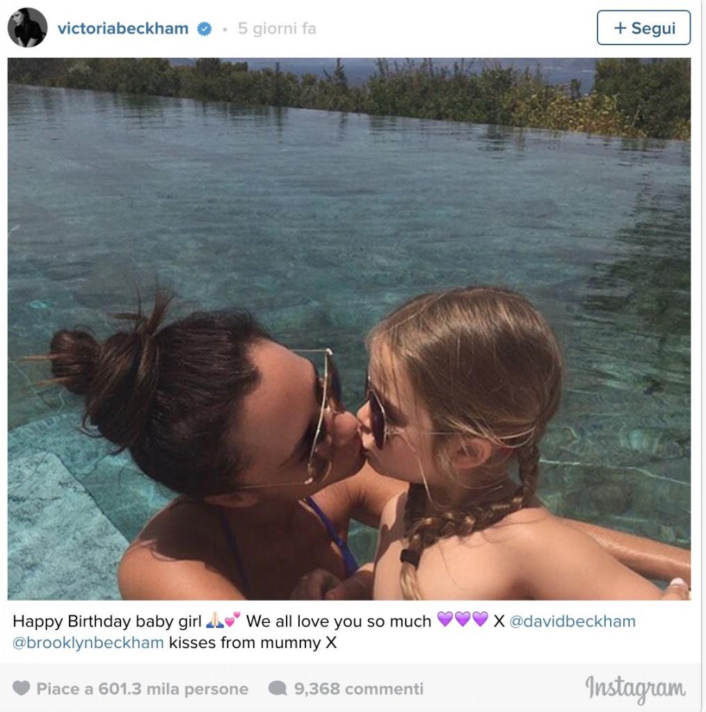 Victoria Beckham bacia sulle labbra figlia Harper. La Bbc apre un caso FOTO