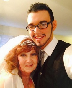 Almeda, 71 anni, incontra Gary, 17, al funerale del figlio. E lo sposa